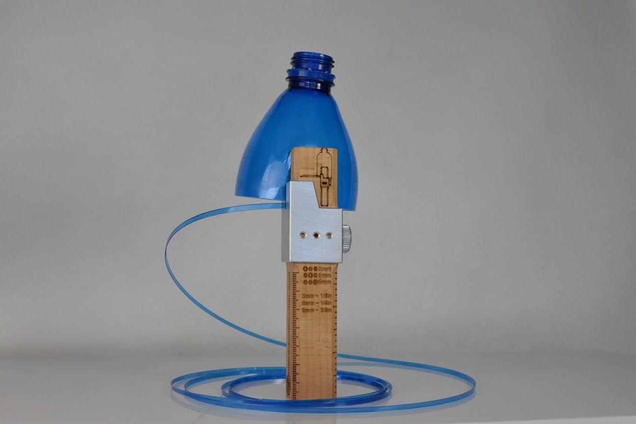 mit diesem recyling werkzeug schneidet ihr schn re aus pet flaschen. Black Bedroom Furniture Sets. Home Design Ideas