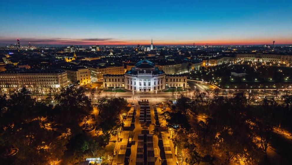 Die Sonne geht über dem Wiener Burgtheater unter.