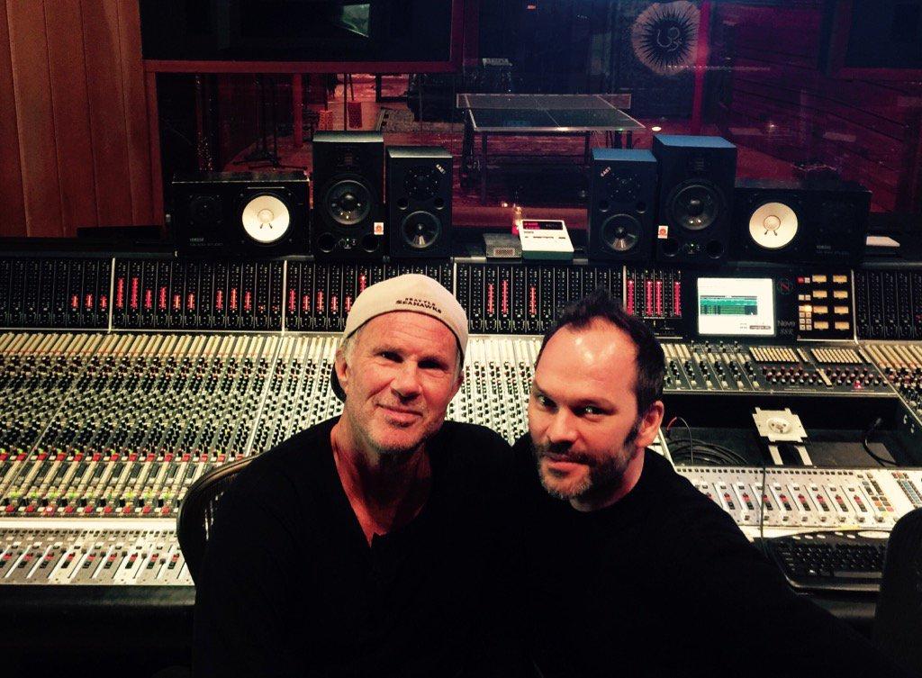 """Das """"sechste Mitglied Radioheads"""" zusammen mit Chad Smith (l.) im Studio: Nigel Godrich"""