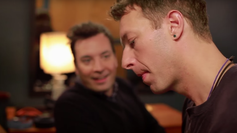"Gemeinsam mit Jimmy Fallon covert Chris ""Life On Mars?'."