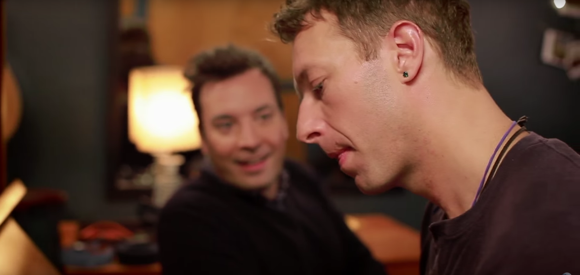 "Gemeinsam mit Jimmy Fallon covert Chris ""Life On Mars?'."