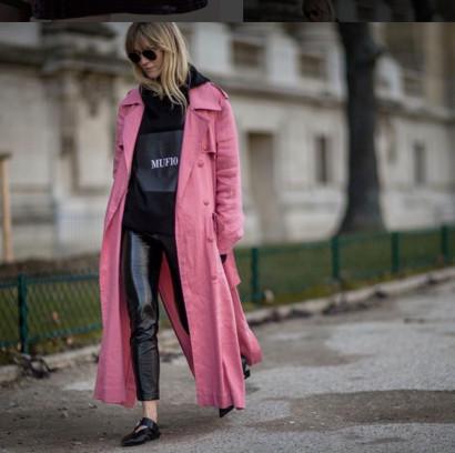 Jeanette Madsen vom dänischen Costume Magazine kombiniert einen schwarzen Hoodie mit einem pinkfarbenen Mantel.
