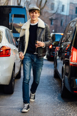 Model Janis Ancens im Retro-Look mit Lederjacke, Jeans und Converse