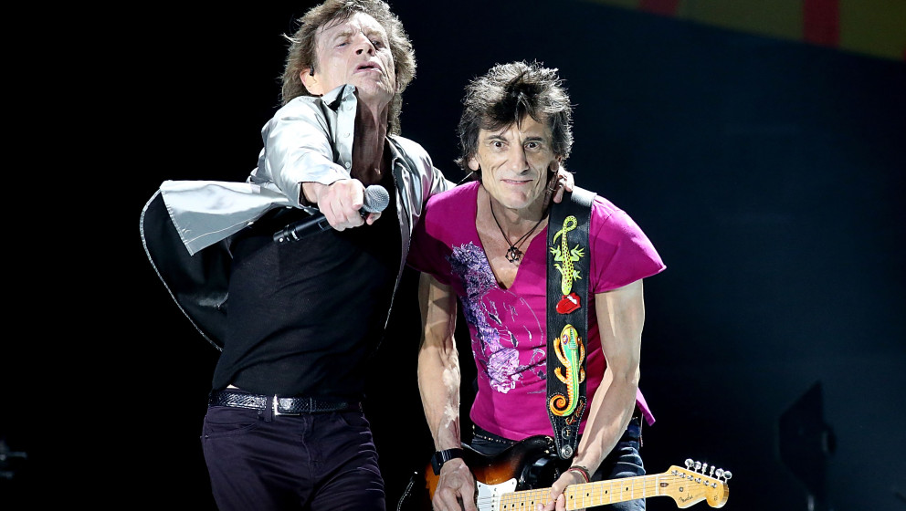 HAVANA, CUBA - MARCH 25:  Mick Jagger (L) and Ron Wood performs with the Rolling Stones at Ciudad Deportiva on March 25, 2016