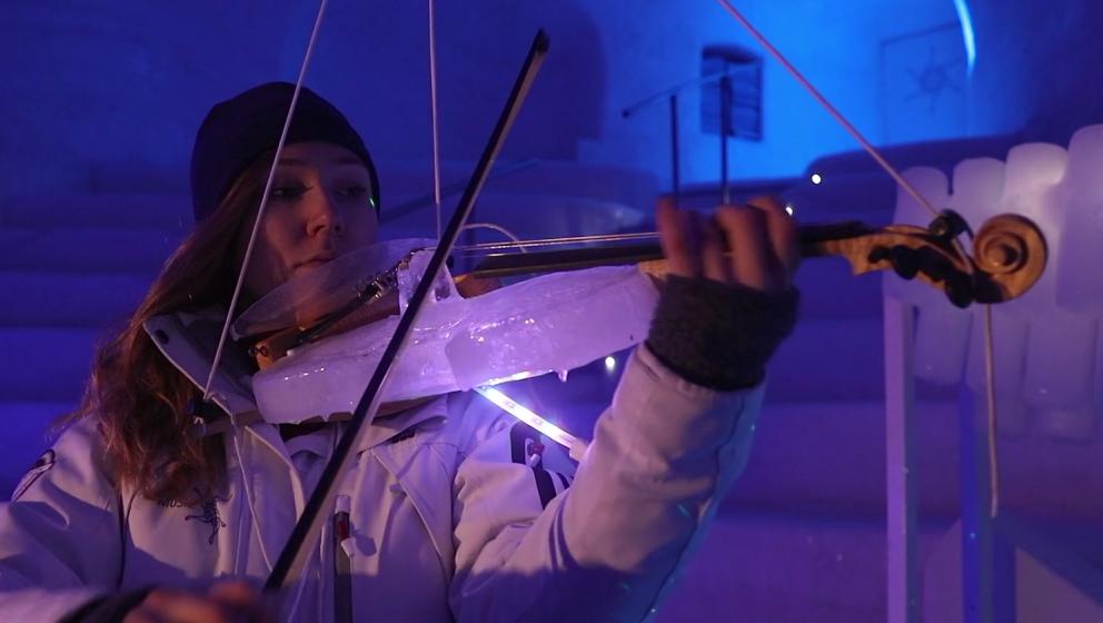 Eine Violine, die nahe gänzlich aus Eis besteht.