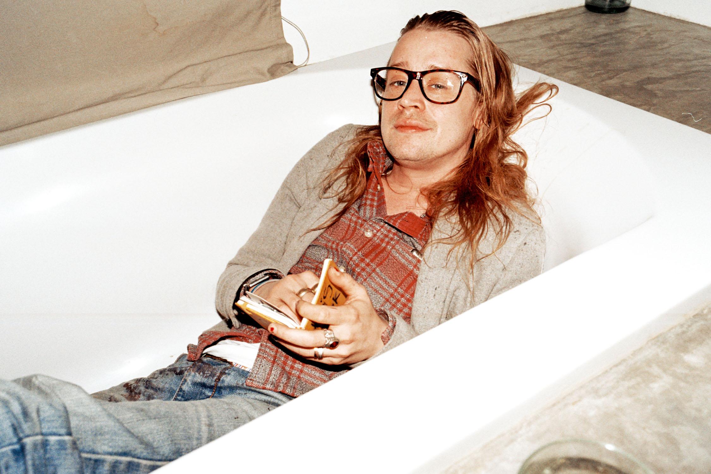 Macaulay Culkin in seiner Pariser Badewanne - und bald im neuen Musikexpress.