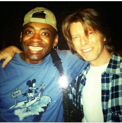 Dennis Davis (l.) mit seinem langjährigen musikalischen Partner David Bowie (r.)
