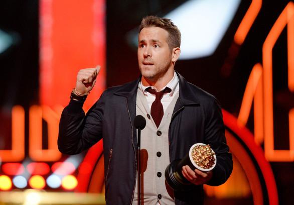 """Ryan Reynolds mit dem Award für die """"Beste Comedy Performance""""."""