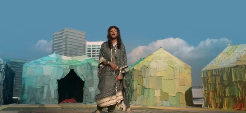 Die Sängerin M.I.A. inmitten von Kleider-Zelten: ein Ausschnitt aus ihrem H&M-Video