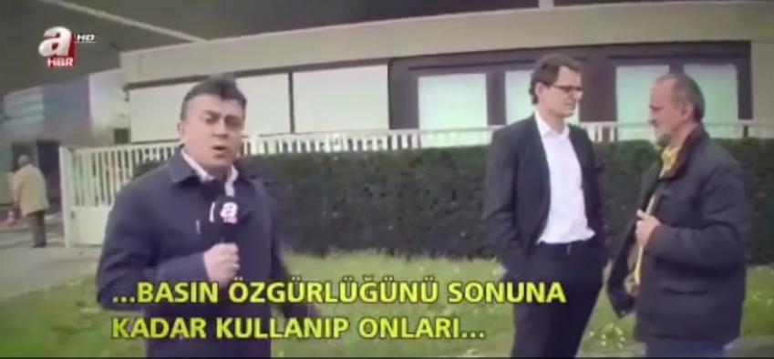 Der ZDF-Angestellte im Hintergrund hat die Hände in den Hosentaschen. Ein klarer Verstoß gegen die Pressefreiheit.