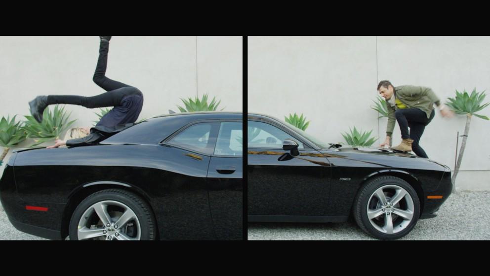 """The Kills zeigen sich im Video zu""""Heart Of A Dog"""" akrobatisch."""