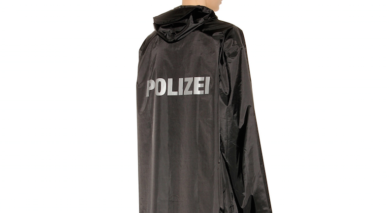 Weil er diesen Regenmantel trug, soll Florian Winges jetzt der Prozess gemacht werden
