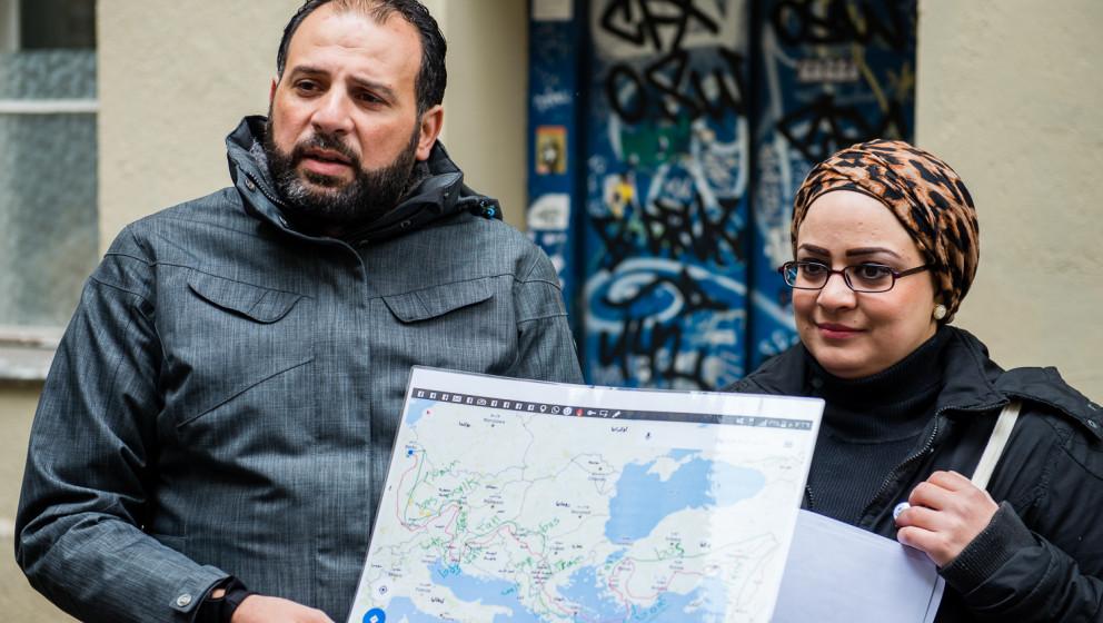 Samer und Arji schildern Anhand einer Karte ihre Flucht aus Syrien.