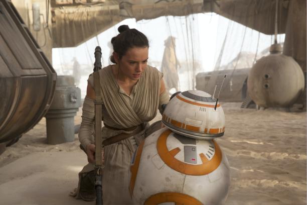 """Daisy Ridley und BB-8 in """"Das Erwachen der Macht""""."""