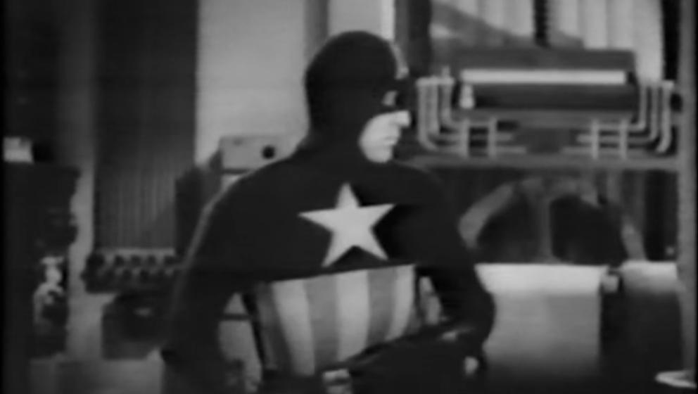 Zumindest erkennt man Caps trotz des veralteten Kostüms und der schlechten Aufnahmen noch.
