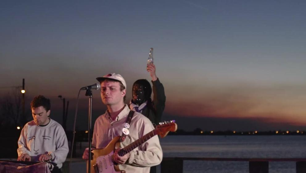 Mac DeMarco covert Prince im Sonnenuntergang.