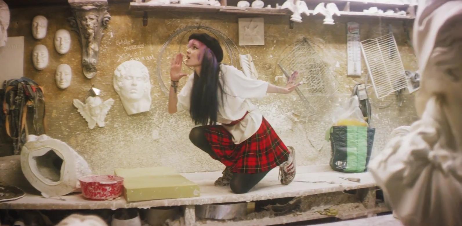 """Tanzend durch das Atelier: Grimes in ihrem neuen Video zu """"California"""""""