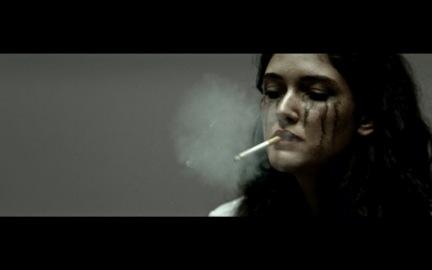 """Verlaufene Schminke und Rauchschwaden in Hinds' neuem Video zu """"Easy""""."""