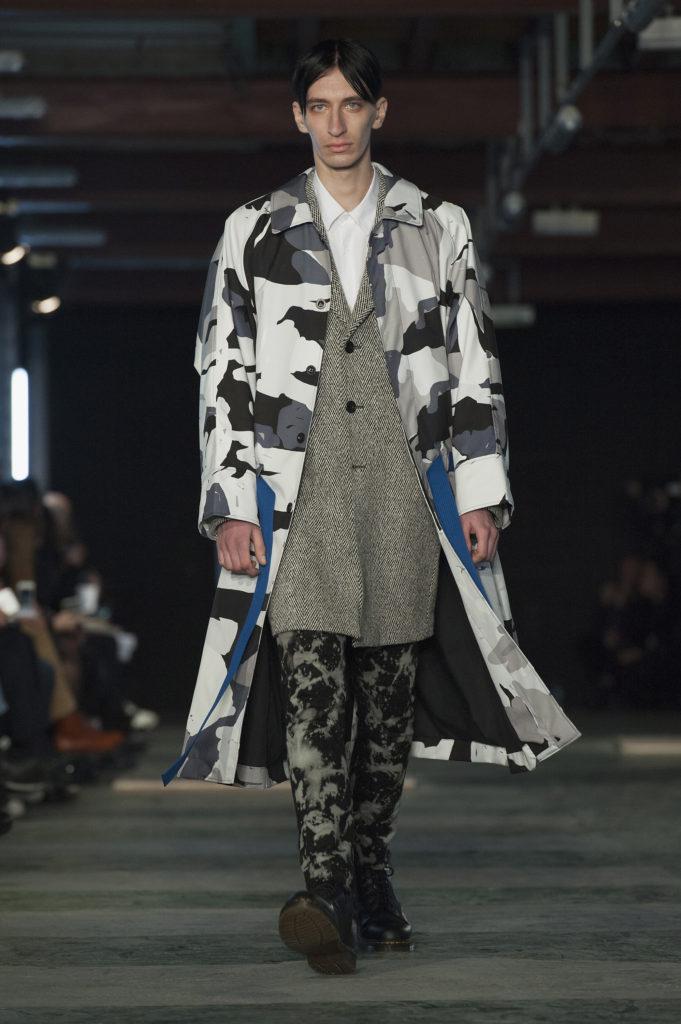 Sehr eklektisch gewählt. Camo-Mantel zu Boots, einer an Punk erinnernden Hose und einem edlen Trenchcoat: Die Etudes Menswear Herbst-Winter-2016-2017-Kollektion. (Foto: Kay-Paris Fernandes Getty Images)