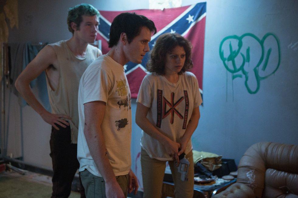 Anton Yelchin, Callum Turner (l.) und Alia Shawkat werden von den Neonazis festgehalten.