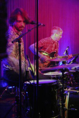 Schlagzeuger Dani treibt an, der Mann am Bass hat schon länger nicht mehr die Augen geöffnet. Aber es geht ihm gut.