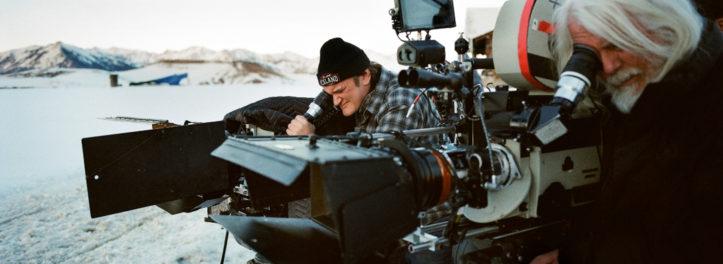 """Quentin Tarantino wirft am Set von """"The Hateful Eight"""" einen Blick durch die Kamera."""