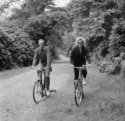 Mit ihrem damaligen Ehemann Arthur Miller bei einer Radtour, 1956