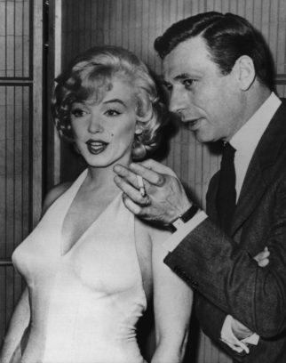"""Bei einer Pressekonferenz 1960 während der Dreharbeiten zu der Komödie """"Machen wir's mit Liebe"""" mit dem Hauptdarsteller Yves Montand, mit dem sie zu der Zeit eine Liaison hatte."""