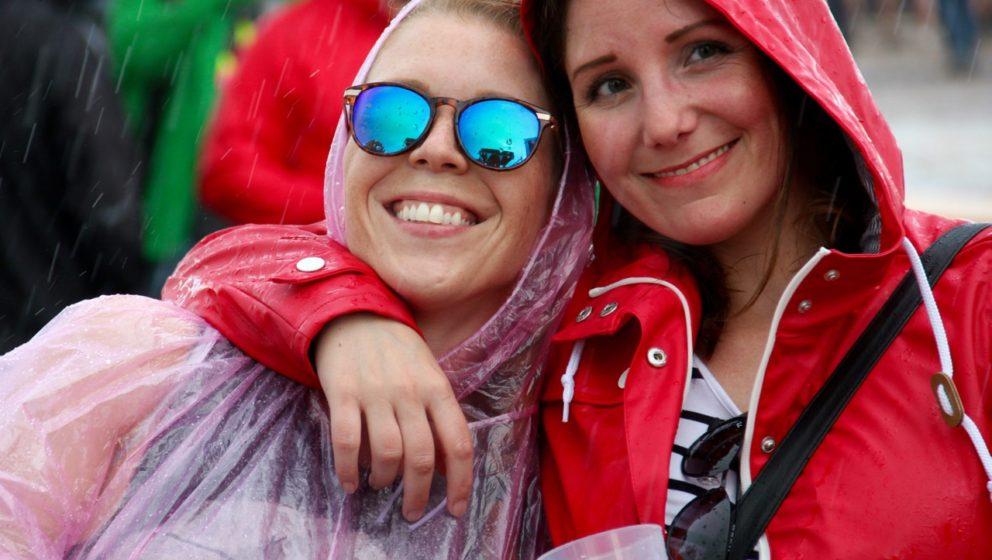 Schlechtes Wetter steht allerdings nur außerhalb des Maifeld-Derby-Festivalgeländes in einem engeren Verhältnis zu schlech