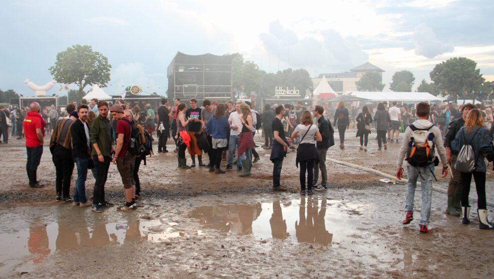 Außerdem schaut das auch einfach gut aus auf Festival-Panorama-Fotos: Himmel – Grünzeug – (Bühnen-)Nebel – unverdrie