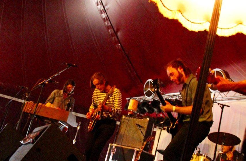 Im Brückenaward-Zelt (heißt so kompliziert, weil es von den Veranstaltern des Brückenaward-Festivals mitbetrieben wird)  b