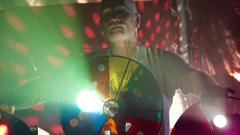 … Und von hinten legte Altmeister Keith an Tageslichtprojektoren und handgetriebenen Drehlichtorgeln psychedelische Muster