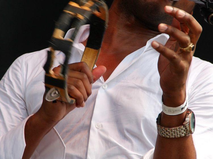 Wenn die Gitarre gerade mal nicht gebraucht wird, greift Algiers-Sänger Franklin James Fisher zum Tamburine. Irgendwo muss s