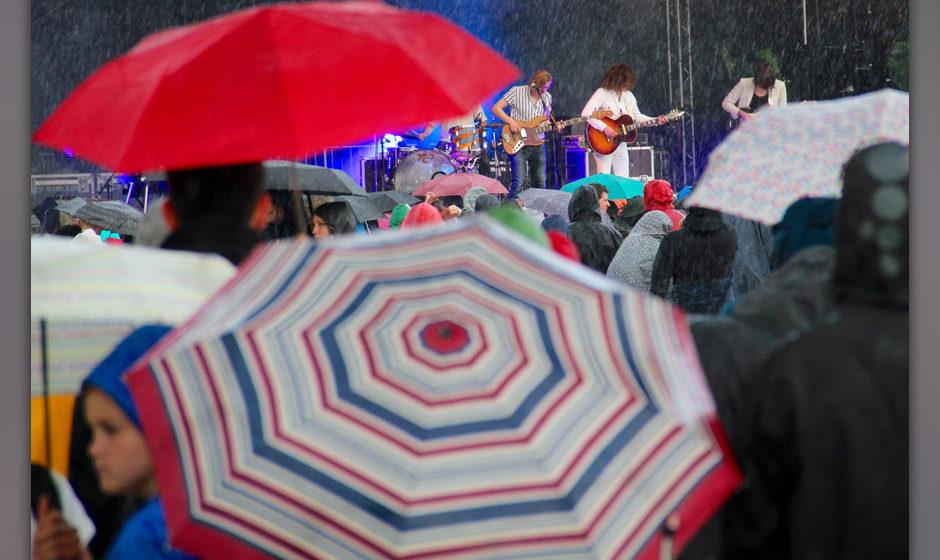 Dann kam allerdings der erste große Regen. Dabei hatte Okta-Logue-Sänger Benno Herz gerade noch das Wetter gelobt. Das hät