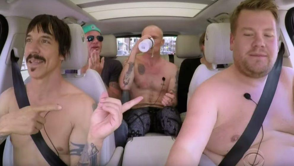 James Cordan zusammen mit den Red Hot Chili Peppers im Auto.