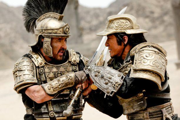 """Kampfgefährten: Länderübergreifende Produktionen wie """"Dragon Blade"""" locken immer mehr US-Schauspieler wie John Cusack (hier im Clinch mit Jackie Chan) ins Reich der Mitte."""
