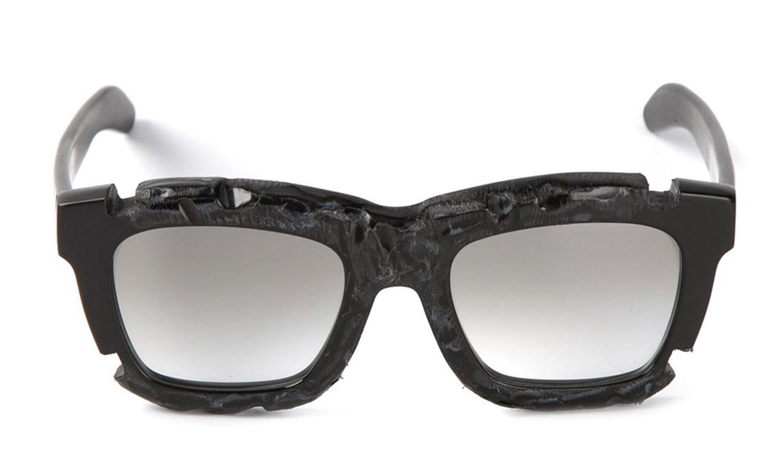 Schwarze Sonnenbrille mit Cut-Outs vom Berliner Brillen-Label Kuboraum, über Farfetch.com, ca. 490 Euro