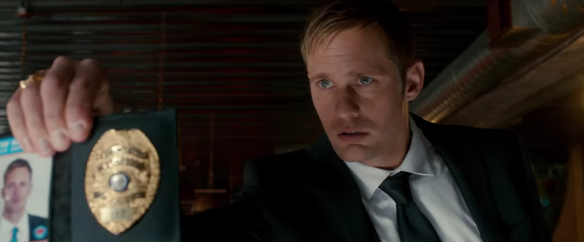 "Alexander Skarsgård als bad Cop in ""War On Everyone""."