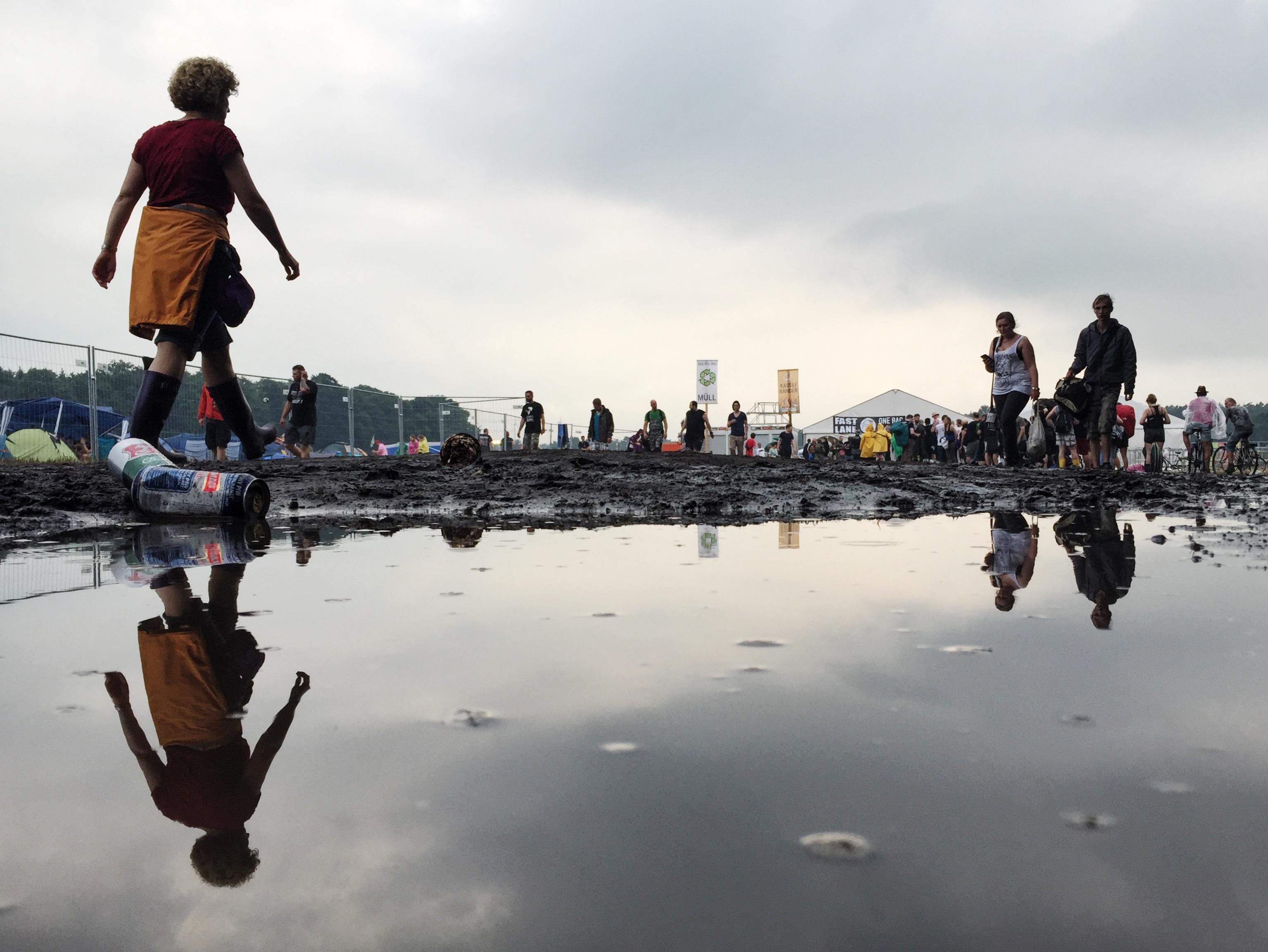 Besucher des Hurricane Festivals in Scheeßel (Niedersachsen) gehen am 24.06.2016 über das Gelände. Foto: Sophia Kembowski/