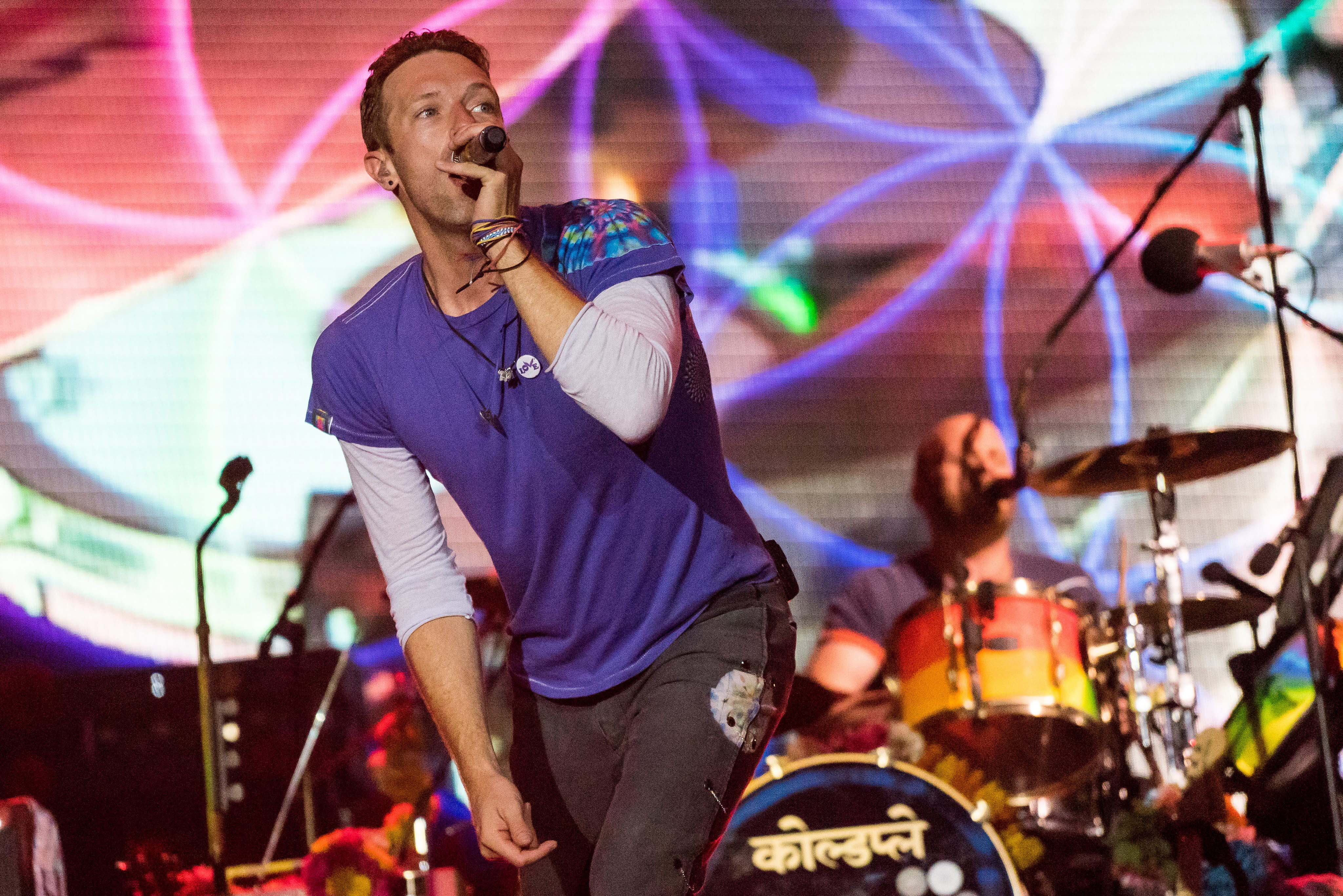 epa05393448 British musician Chris Martin of the band Coldplay performs on the Pyramid Stage during the Glastonbury Festival