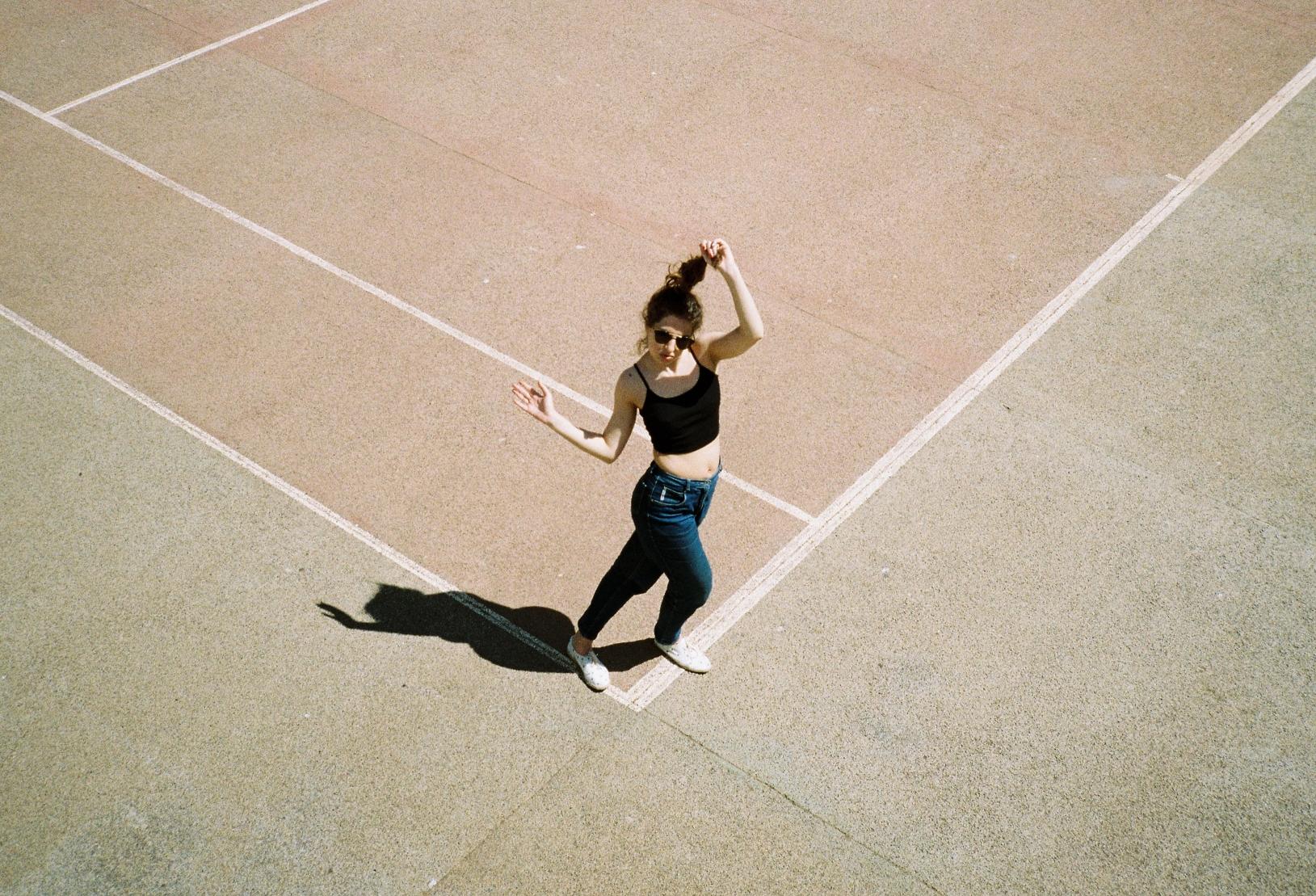 """""""Lights, Camera, Action' heißt Denas neue Single, die sie in Los Angeles geschrieben hat."""