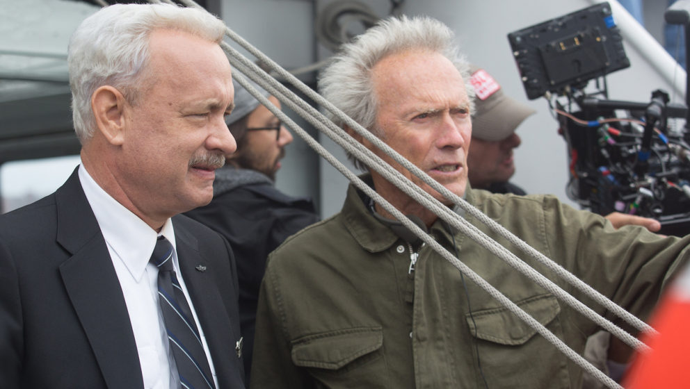 "Am Set: Tom Hanks (l.) als Chesley ""Sully"" Sullenberg und Regisseur Clint Eastwood."