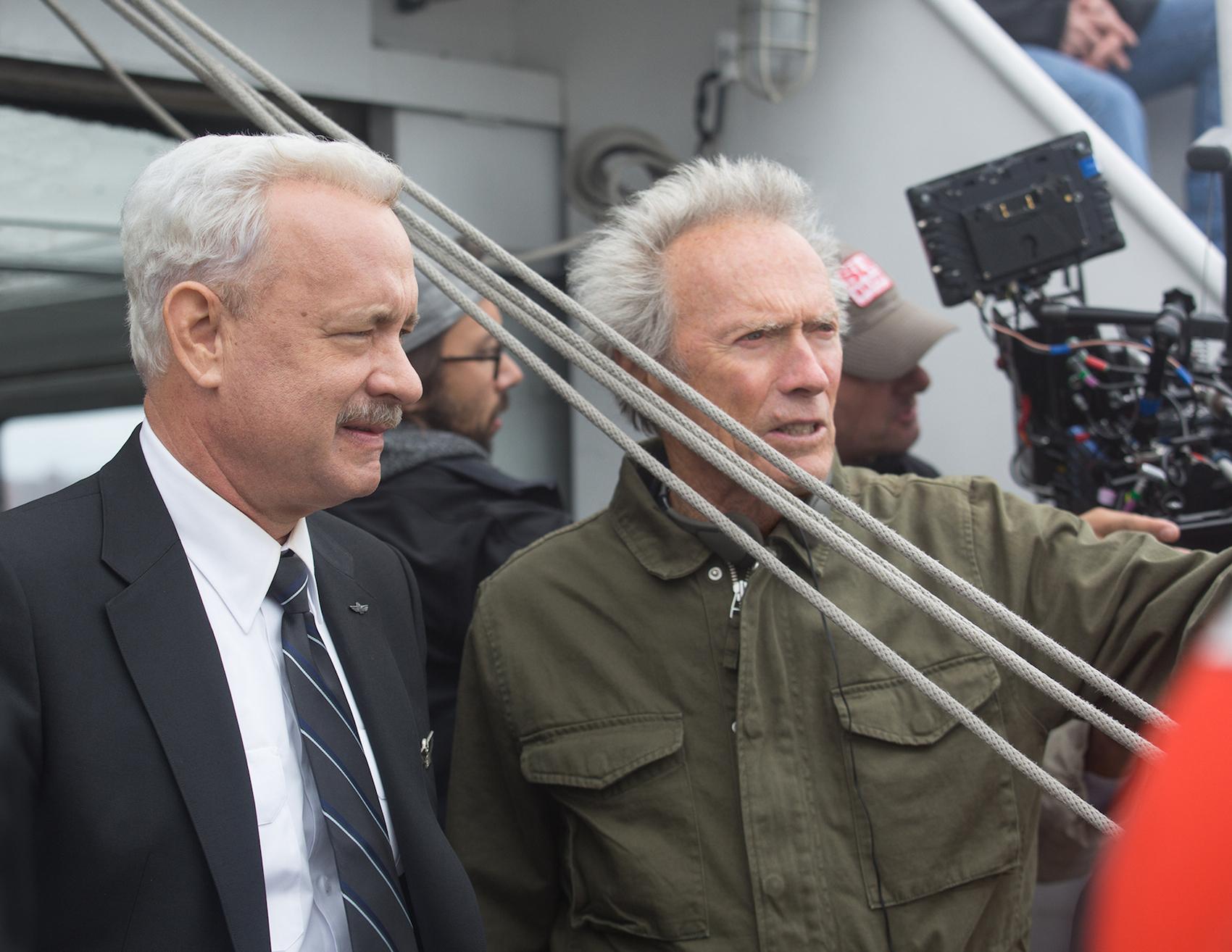 "Am Set: Tom Hanks (l.) als Chesley ""Sully"" Sullenberg und Regisseur Clint Eastwood."