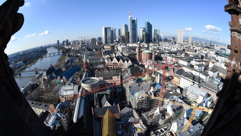 In vollem Gang sind am 25.02.2016 die Arbeiten auf der Baustelle der Altstadt in Frankfurt am Main (Hessen). Bis Ende 2017 so