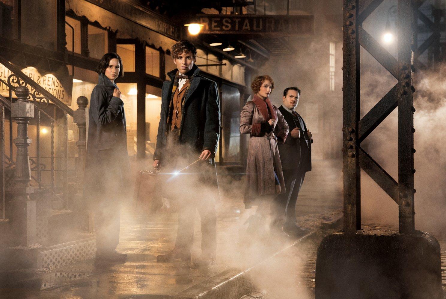 Tina Goldstein (Katherine Waterston), Newt Scamander (Eddie Redmayne), Queenie Goldstein (Alison Sudol) und Jacob Kowalski (D