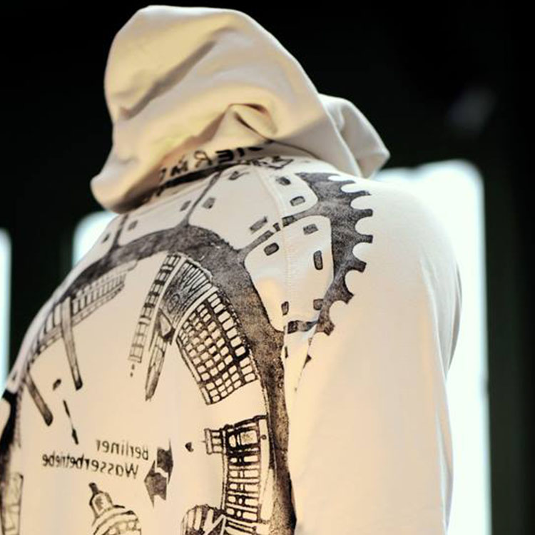 Der schnöde Gullideckel sieht auf einem nachhaltig (Upcycling) produzierten Sweater plötzlich ganz großartig aus.