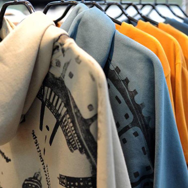 Den Sweater gibt es natürlich auch in verschiedenen Farben.