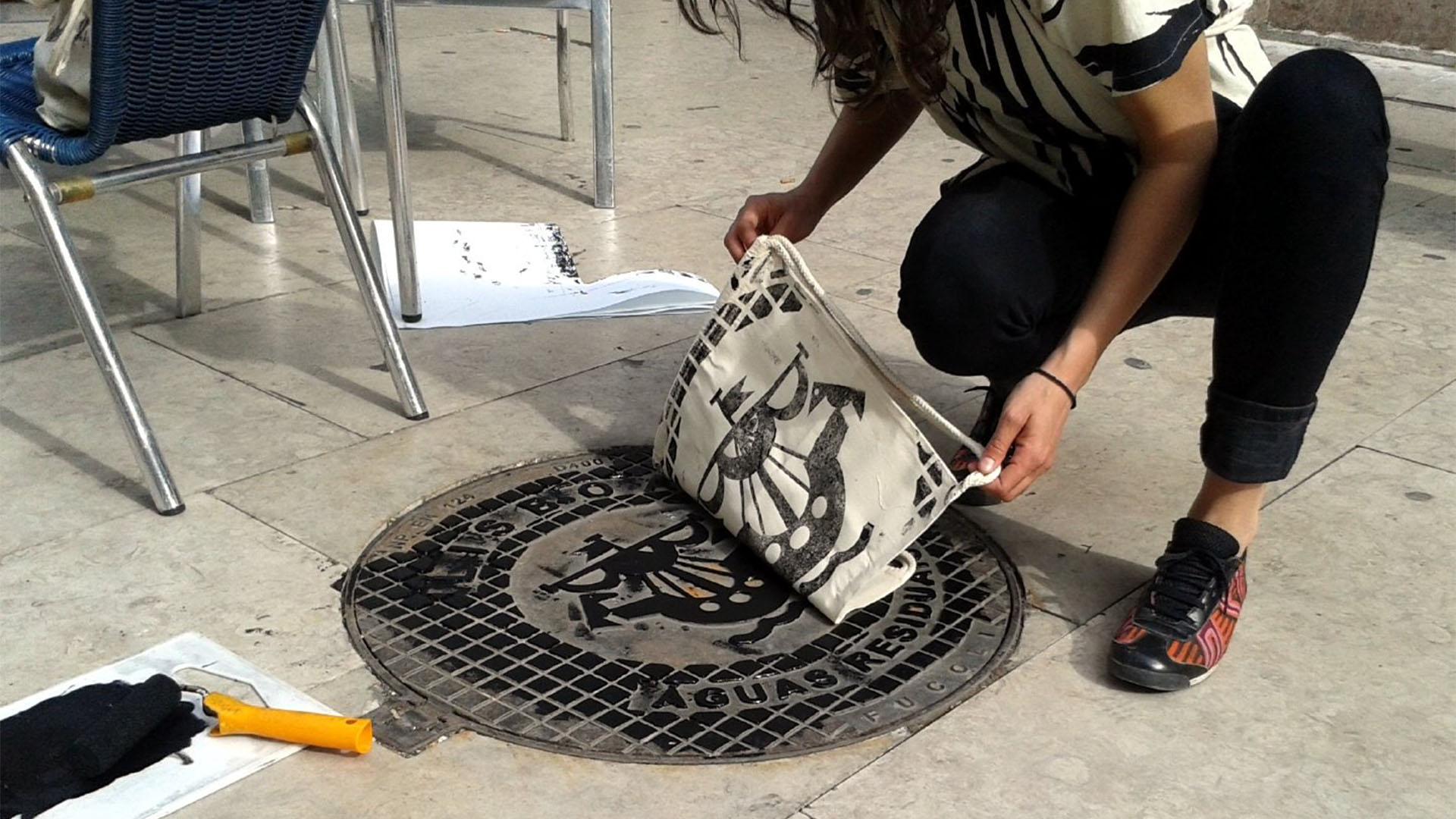 Das Urban-Wear-Label Raubdruckerin bedruckt Kleidung mithilfe von reliefartigen Oberflächen, die in Metropolen zu finden sin