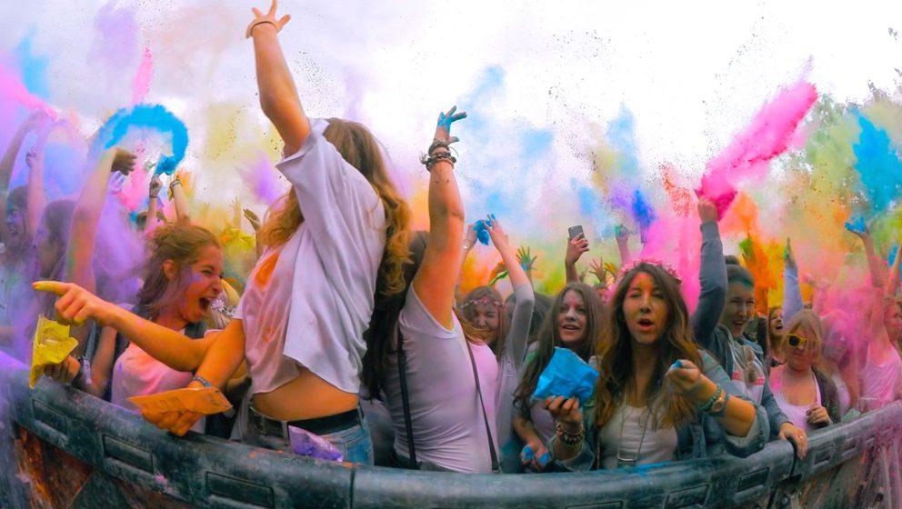 Szene von einem Holi Festival in Deutschland. Tausendfach auf YouTube, ab heute aber auch im Kino.