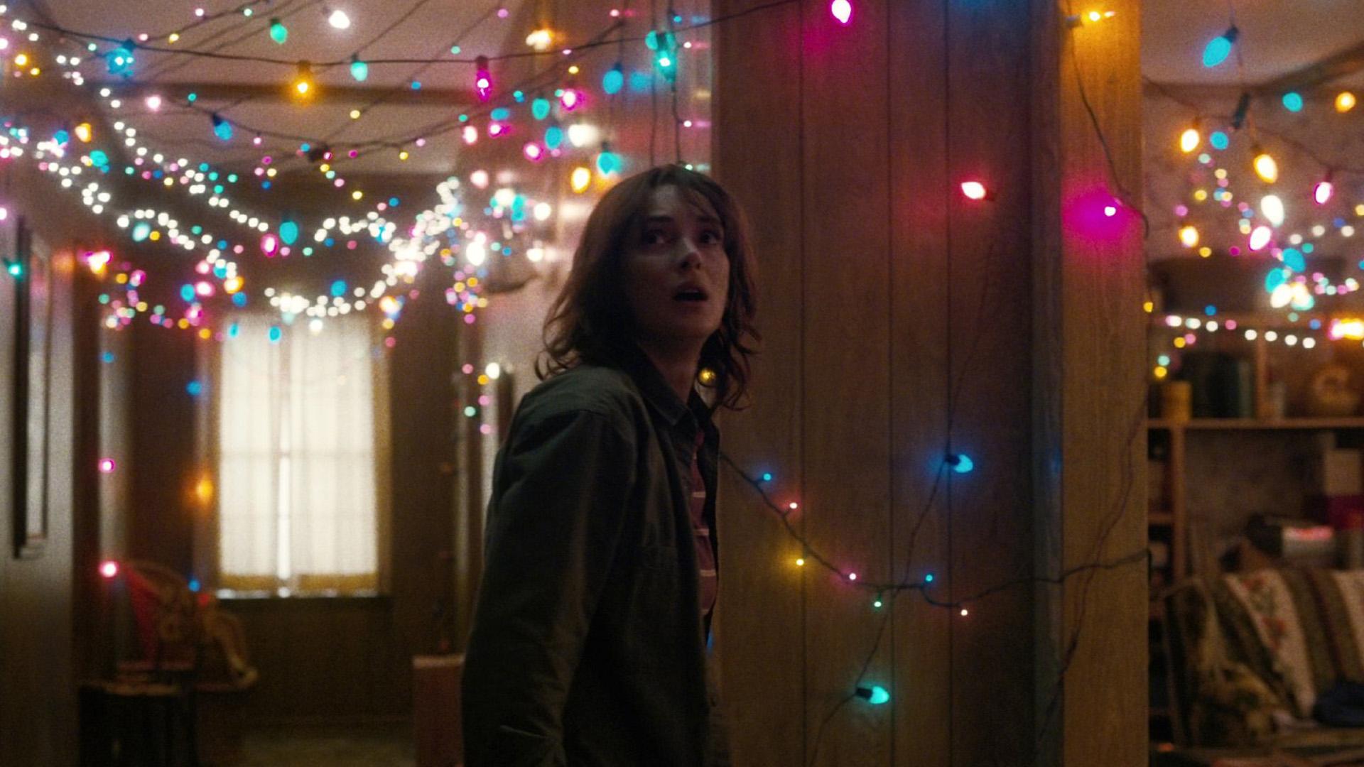 Joyce Byers (Winona Ryder) ist überzeugt davon, dass ihr Sohn am Leben und in der Nähe ist.